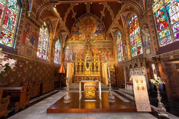 Interior of the Basilica of the Holy Blood in Bruges, Belgium (Jose Ignacio Soto / Adobe Stock)