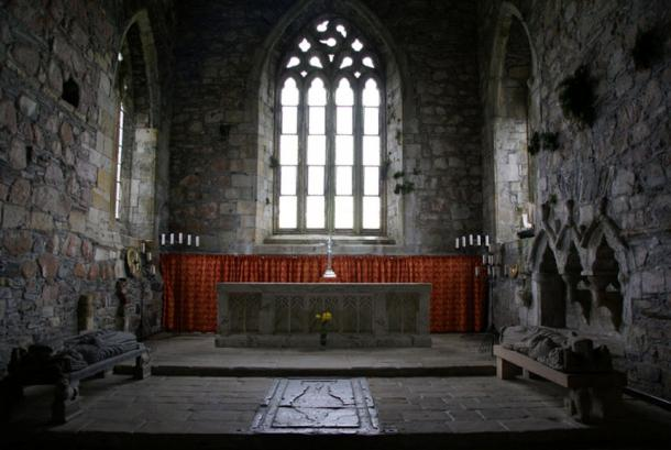 Iona Abbey: The effigy on the floor in the center may mark the location of the burials of several MacLeod chiefs and one flag bearer.