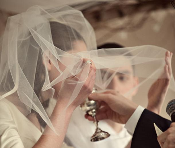 Jewish Orthodox Wedding – the wedding veil symbolizes the promise he is making to marry her for her inner beauty. (Krista Guenin / CC BY-SA 2.0)