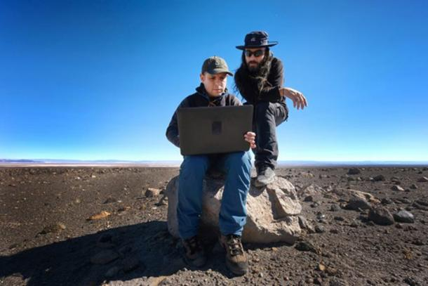 Juan Cortés and Sergio Martin, ALMA astronomers working on the field to determine the alignment of the saywas with the Sun and with different constellations. Image: R. Bennett – ALMA (ESO/NAOJ/NRAO)