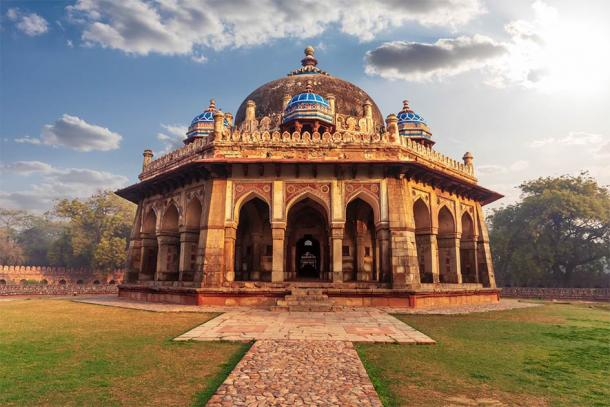 Isa Khan Tomb in the Humayun's complex in Delhi, India (AlexAnton / Adobe Stock)