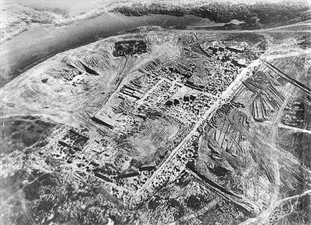 Khazar fortress at Sarkel (Belaya Vyezha, Russia). Aerial photo from excavations conducted by M. I. Artamanov during the 1930's. (Public Domain)