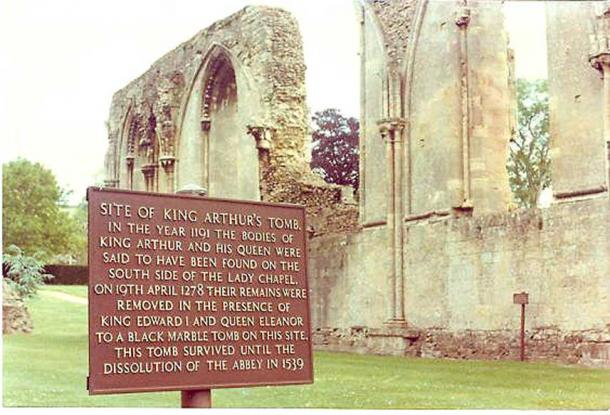 King Arthur's tomb site at ruins of Glastonbury Abbey (Moriori/Public Domain)