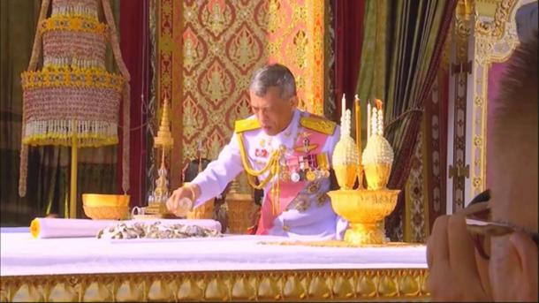 King Maha Vajiralongkorn performs a ritual with the royal relics.