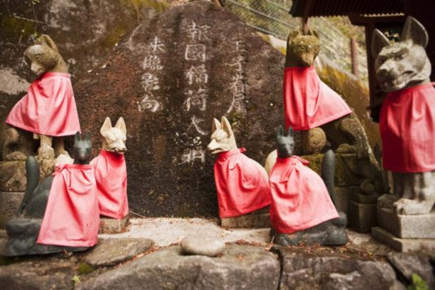 Kitsune guardians at a Shinto Shrine. (searagen / Adobe)