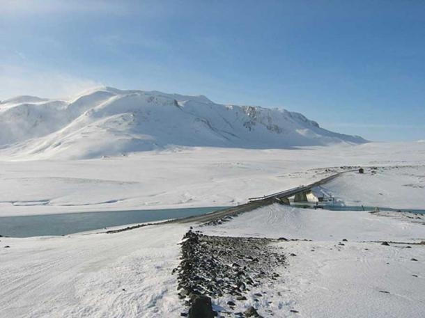 Kjolur route, with the bridge over the river Hvitá, and the mountain Bláfell behind. By NH53