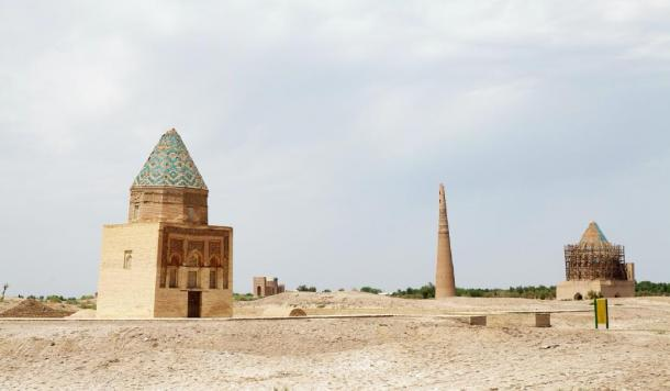 The Kutlug-Timur Minaret flanked by two mausoleums (Maurizio/ Adobe Stock)