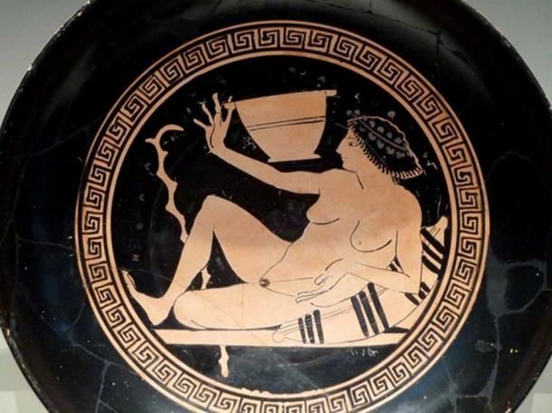 Kylix with a hetaira holding a large cup playing kottabos (a drinking party game where men flicked the dregs of their wine at a target), circa 500 BC. (Dave & Margie Hill/Kleerup/CC BY SA 2.0)