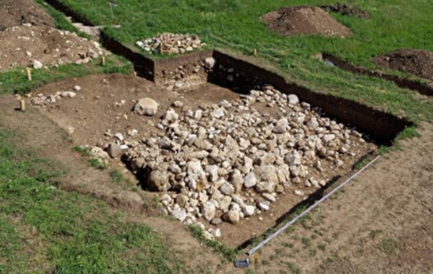 La construction en pierres plus ancienne qui se trouvait sous la tombe. © Service archéologique du canton de Berne, Guy Jaquenod.