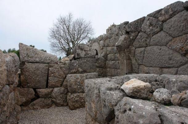 Labyrinth halls at the Nekromanteion (public domain)