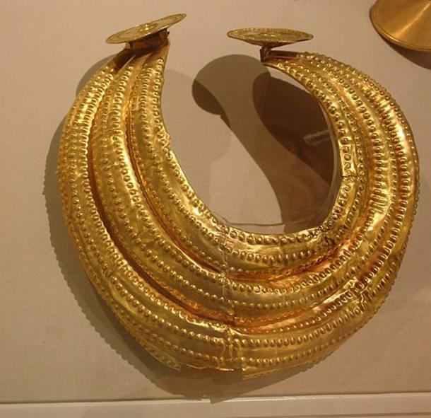 "Late Bronze Age gold ""gorget"", 800-700 BC, found in Dublin. (PKM / CC BY-SA 4.0)"