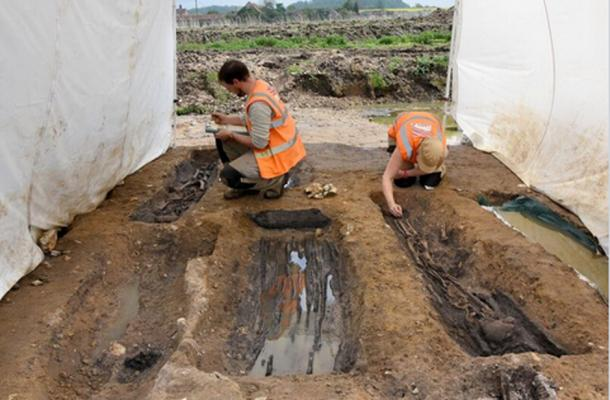 MOLA Archaeologists excavating the graves. © MOLA