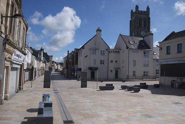 Main Street, Kilwinning, with Kilwinning Abbey tower seen to the right of Main Street. (dave souza/CC BY-SA 4.0)