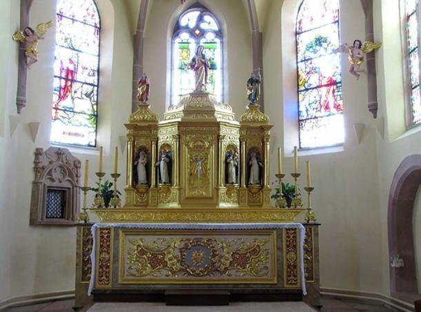 Main altar of Église Saint-Colombe, Hattstatt, France. The statue on top depicts Columba of Sens.
