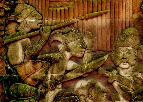 Representación de los guerreros malayos de la antigua Singapura en un relieve en Fort Canning Park, Singapur.  Esto es sólo una pequeña parte de un enorme mural que se extiende a lo largo de un camino que representa a las actividades que hayan ocurrido en la antigua Singapur.