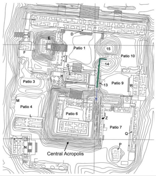 Mapa del complejo de la Acrópolis de Nakum que muestra la ubicación de la Estructura 14 y el drenaje de agua descubierto allí. La estructura verde es el trapecio, posiblemente, que simboliza una montaña sagrada. La flecha azul indica la dirección en la que sea posible la fuga continúa