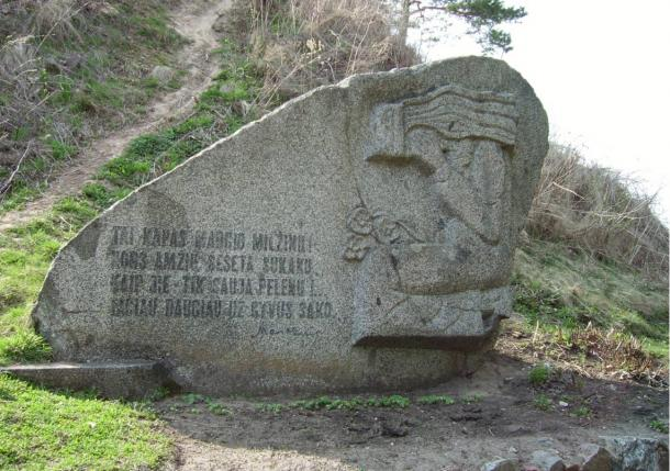 """Margiris mound in Punia, Lithuania. The inscription, an excerpt from """"Ant Punios kalno"""", a poem by Maironis, reads (translated into English)"""