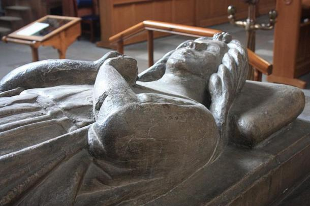 Marjorie Bruce statue on her tomb in Paisley Abbey, where the alien gargoyle can be seen. (Stephencdickson / CC BY-SA 4.0)
