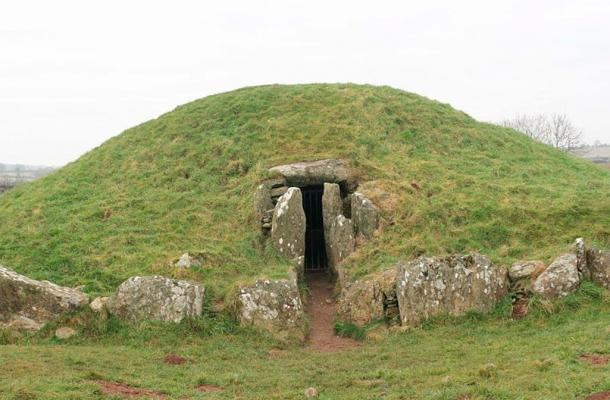 Megalithic mound Bryn Celli Ddu, north-east side, main entrance Môn/ Anglesey Rhion Pritchard (Rhion /