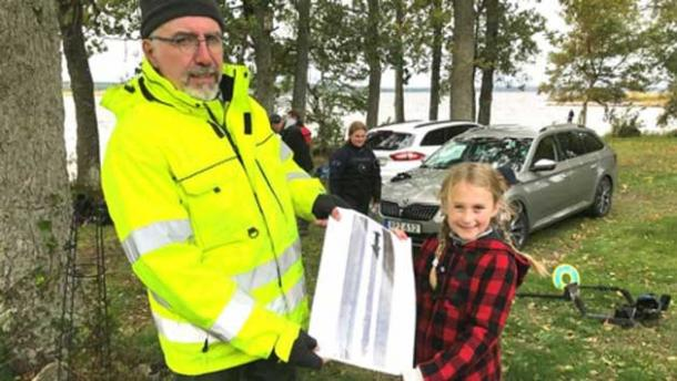 Girl pulls ancient sword from Swedish lake