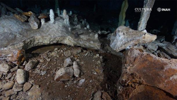 Se encontraron herramientas de minería en y alrededor de las muchas cavidades de la cueva. (Imagen: Sam Meacham, CINDAQ. A.C. SAS-INAH /INAH)