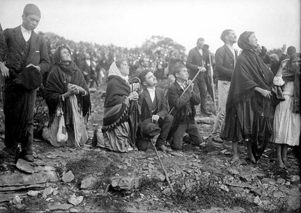 """The crowd looking at """"the Miracle of the Sun"""", occurred during the Our Lady of Fatima apparitions, 1917."""