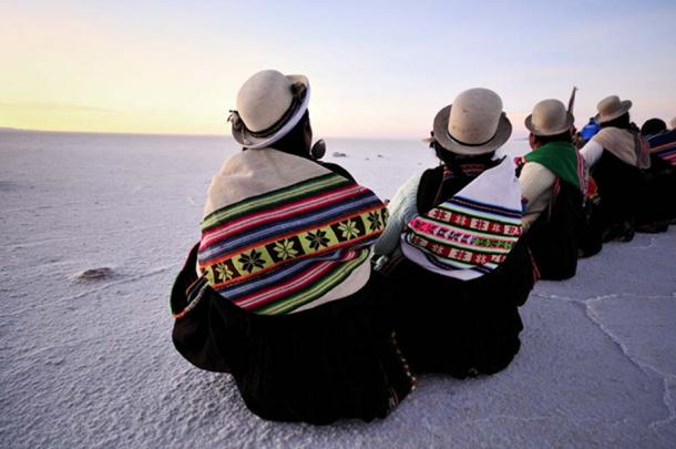 Modern Aymara ladies at the Salar de Uyuni, Bolivia. (matteobertolino / Adobe)