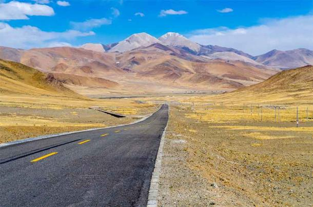 A modern road leading through the vast Tibetan Plateau where the Tibetan Empire has its earliest roots in local pastoralist tribes. (lihana / Adobe Stock)