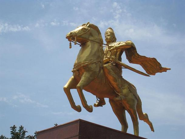 Modern statue of King Rajaraja I on horseback in Thanjavur. (Nittavinoda / CC BY-SA 4.0)