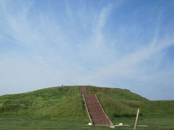 Monks Mound at the abandoned Native American city of Cahokia in Illinois. The site is not far from Etzanoa.