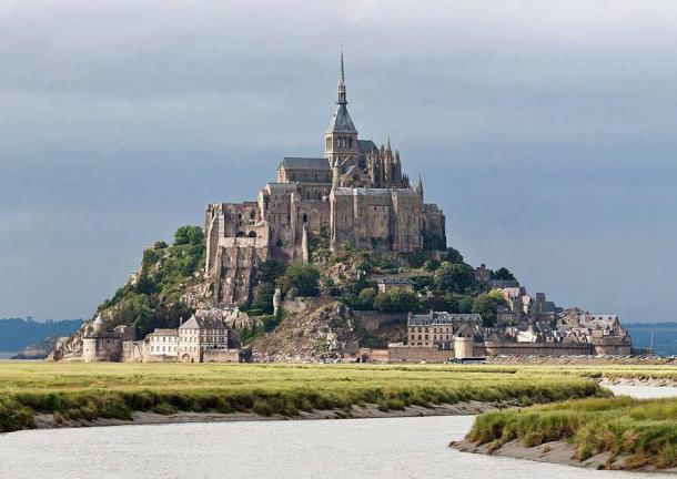 Early in his ultimate rise to the throne Henry I used Mont Saint-Michel in Normandy, France as his base of operations. (Diliff / Public domain)