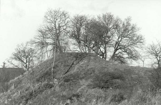 Montem Mound, Bath Road, Slough. December 1997