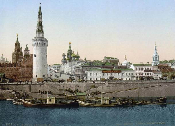 An old photo of a scene along the Moskva River