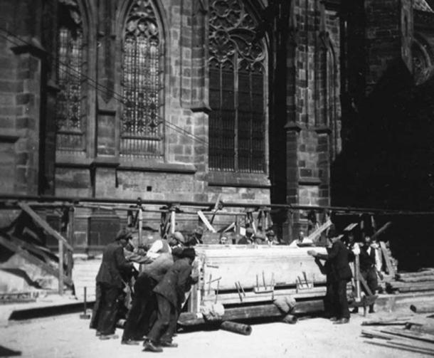 Moving the burial block of the grave of the warrior skeleton to the Prague Castle storerooms in 1928. (Cambridge Core / Fair Use)