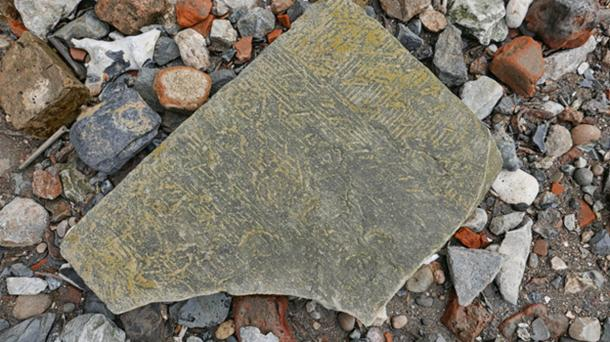 Mudlark Finds - exposed shoreline at high tide on the Thames. It is a dressed stone of some sort, flat and about A4 size with the mason's marks clearly visible. (Tom Lee / CC BY-SA 2.0)