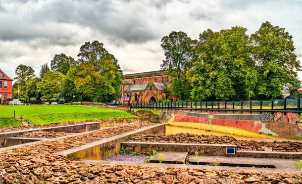 Mural and pedestrian walkway across the remains of the Roman amphitheater, Chester (Loenid Andonov / Adobe Stock)