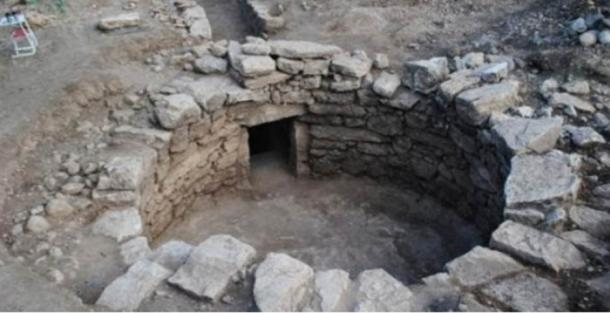 3,300-year-old Mycenaean Tomb and Precious Artifacts