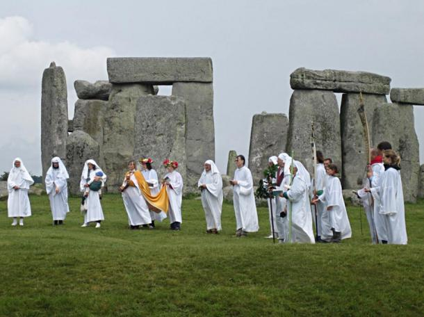 A group of people performing Neo-Druid (Druid) rituals at Stonehenge in 2007.