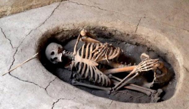 Enterramiento neolítico de Asikli Höyük de restos en posición fetal (hocker), brazos abrazando las piernas.