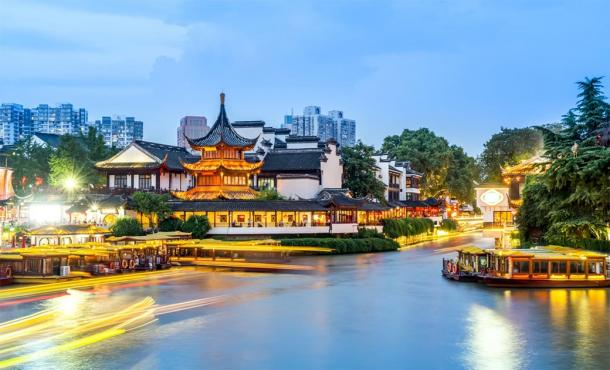 Night view of ancient architecture (Fuzi Temple) on the river in Nanjing. (昊 周 / Adobe stock)