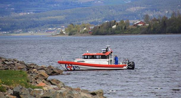 Norwegian divers fish sword out of lake. CC0 / Øyvind Holmstad / Redningsskøyta på Mjøsa