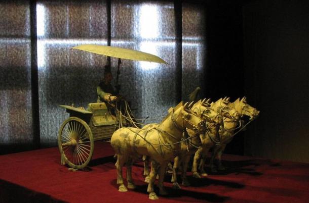 Rund um den Ort wurden zahlreiche kunstvolle Artefakte gefunden, darunter dieser Streitwagen und Pferde, die außerhalb des Grabhügels gefunden wurden.