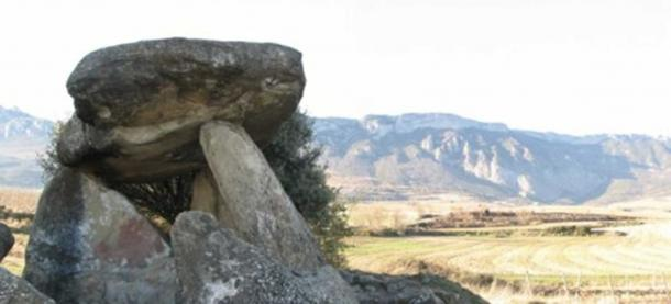 One of the dolmens analyzed, located in Elvillar (Araba). In the background, the Cantabria mountain ridge, where the caves included in the study are located. (Credit: Teresa Fernández-Crespo / UPV/EHU)