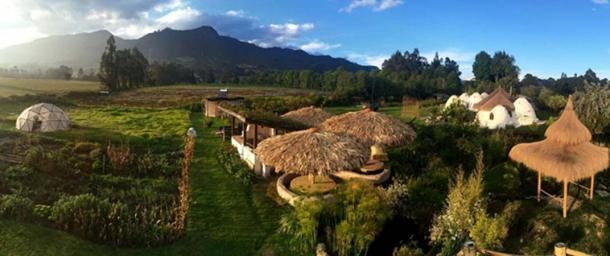 Organismo, the accommodation for the week with Peña de Juaica in the background. (Image: © Organizmo, Bogotá)