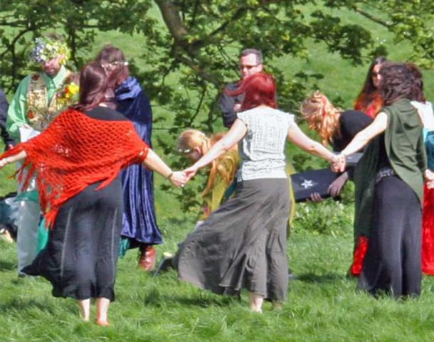 Pagan handfasting ceremony at Avebury (Beltane 2005).