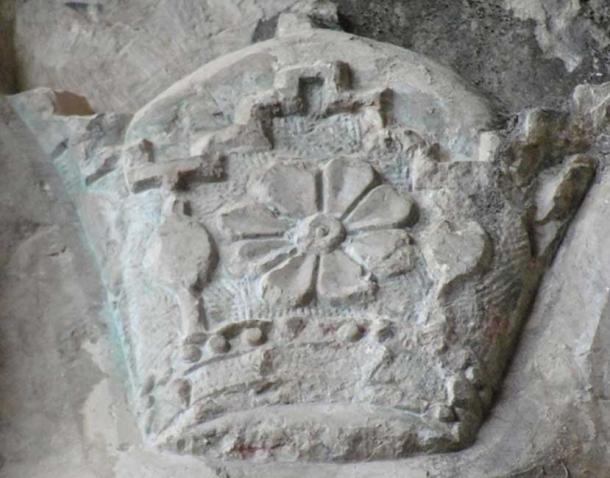 Pahlavi crown carved on a cave wall inscriptions of Shapur top army