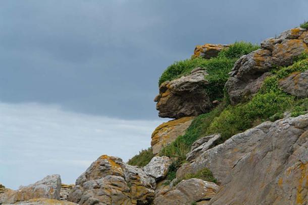 Pareidolia of an Apache head in rocks.