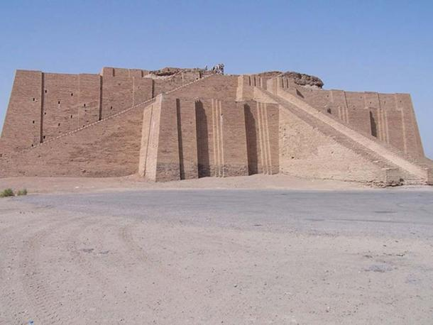 Partially reconstructed facade and the access staircase of the ziggurat. The actual remains of the Neo-Babylonian structure can be seen at the top. (Hardnfast/CC BY 3.0)