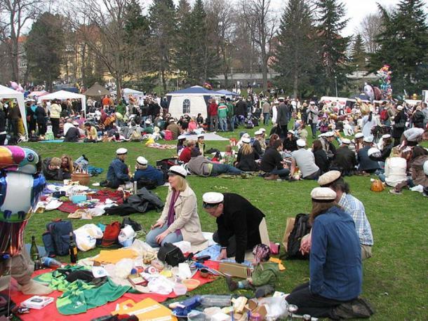 People at a Vappu picnic in Kaivopuisto, Helsinki, on 1 May 2008. (JIP/CC BY SA 3.0)