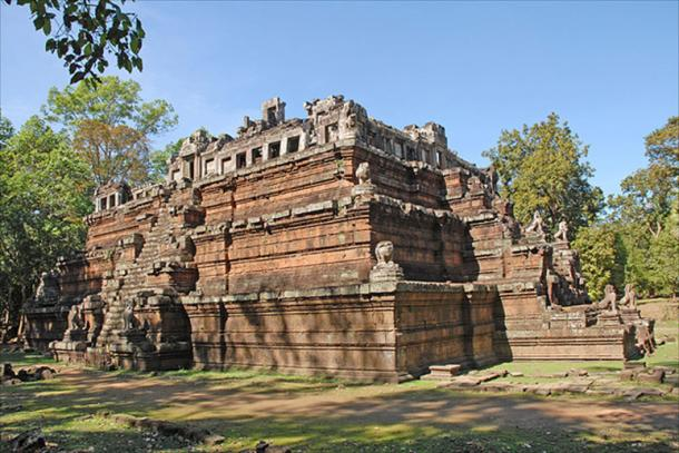 Phimeanakas a Hindu temple in the Khleang style, built at the end of the 10th century inside the Royal Palace enclosure